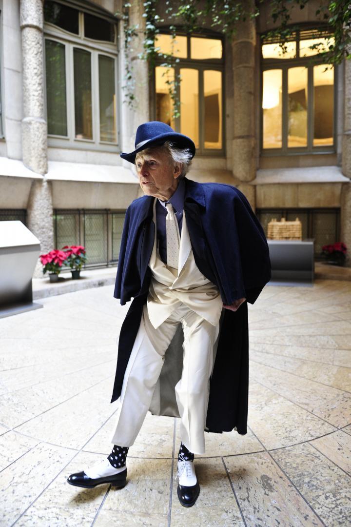 Fotografía de INES BAUCELLS SABADELL para Nthephoto. Retrato al escritor americano Tom Wolfe en la Pedrera. Enseña sus calcetines a conjunto con su atuendo habitual.