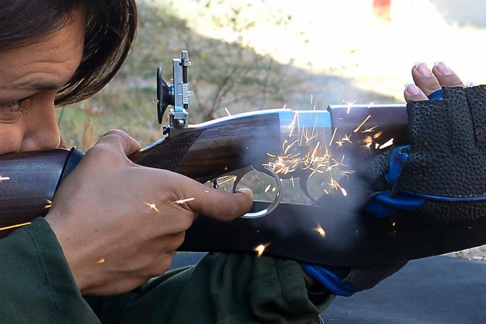 Fotografía de Andres Martinez Sutil para Nthephoto. Preparación de una deportista para el campeonato del mundo de avancarga, disparo de un rifle de avancarga