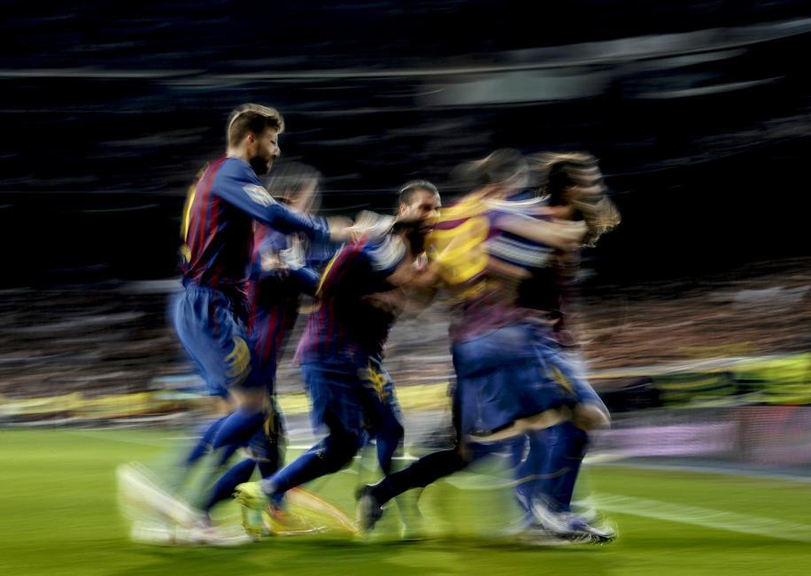 Fotografía de Dani Pozo para Nthephoto. Jugadores del Barcelona celebran un gol en el Santiago Bernabéu