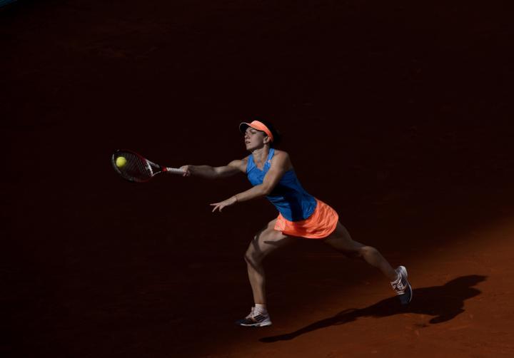 Fotografía de Dani Pozo para Nthephoto. La jugadora rumana Simona Halep devuelve una bola para la jugadora rusa Maria Sharapova durante la final de tenis femenina en la Caja Mágica en Madrid