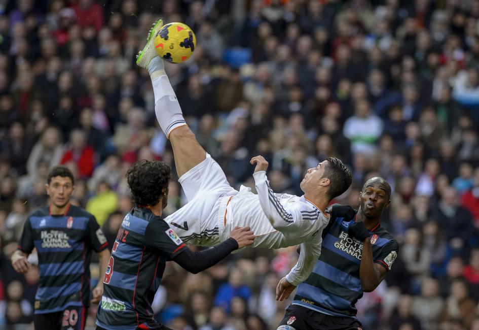 Fotografía de Dani Pozo para Nthephoto. El jugador del Real Madrid Cristiano Ronaldo realiza una chilena durante un encuentro de fútbol contra el FC Granada en el estadio Santiago Bernabéu.