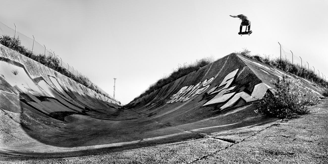 Fotografía de Antonio Castillejo para Nthephoto. Pablo de Juan, vuelo rotando 360 grados desde la transición al plano inclinado de la rugosa superficie del canal. Huelva.