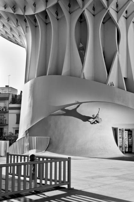 Fotografía de Antonio Castillejo para Nthephoto. El patinador y surfista Luis Tekekas aprovecha el pilar con transición para rodar por la pared como si se tratara de una ola. Sevilla.