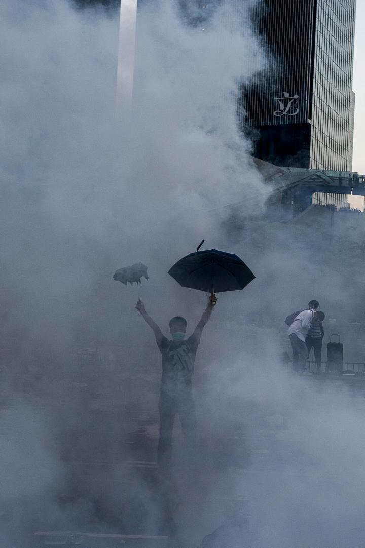 Fotografía de Xaume Olleros para Nthephoto. Umbrella Man - Protestas Hong Kong