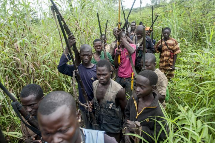Fotografía de Sylvain Cherkaoui para Nthephoto. Grupo Anti-Balaka en el bosque en Republica de Centrafrica.