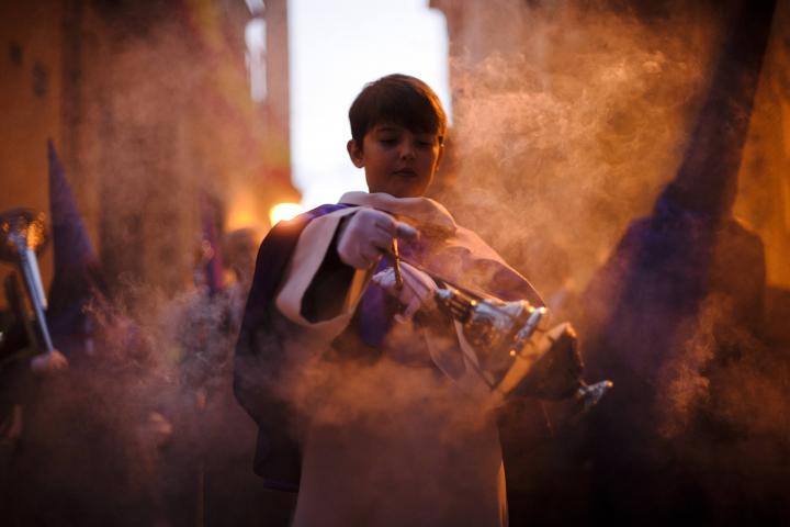 Fotografía de Daniel González para Nthephoto. Monaguillo durante la procesión de Jesús el Pobre en Madrid
