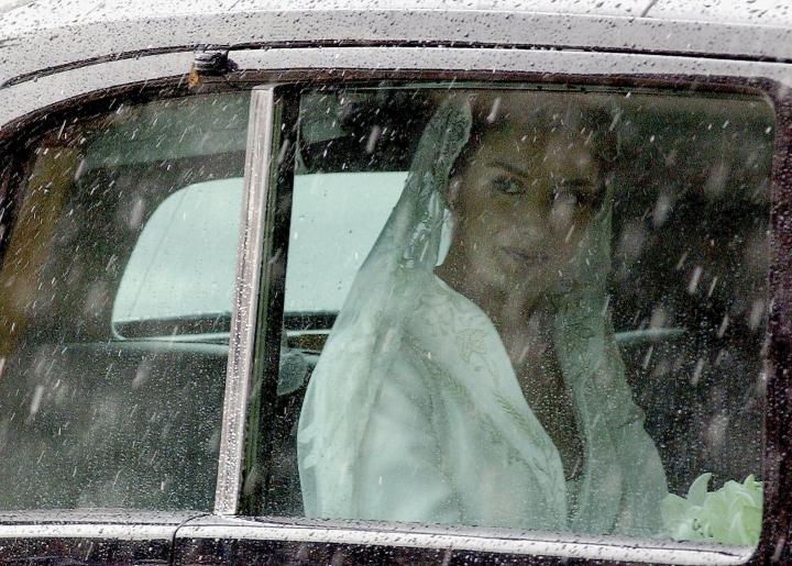 Fotografía de Carlos Alvarez para Nthephoto. La actural reina Letizia mira llover intensamente atraves del cristal del coche el dia de su boda con el actural rey Felipe VI.