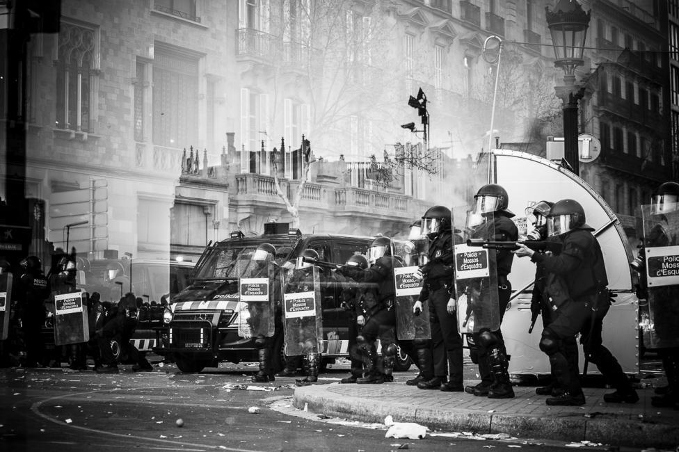 Fotografía de Guillaume Darribau para Nthephoto. Mosos d'Escuadra durante la huelga general del 29 de Marzo 2012 (Barcelona)