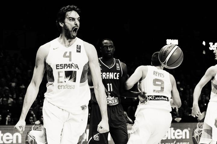 Fotografía de Sonia Cañada Ramos para Nthephoto. Pau Gasol celebrando una canasta decisiva en la semifinal del Eurobasket 2015 frente a Francia