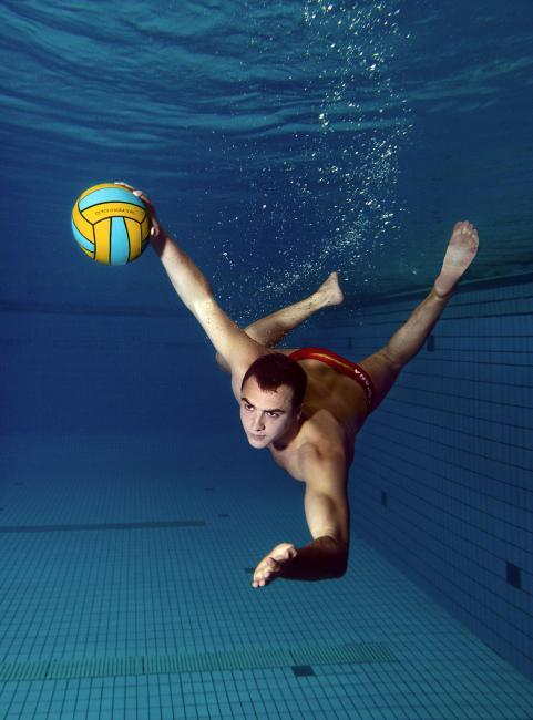 Fotografía de Raul Urbina para Nthephoto. Mario García, jugador de la selección nacional de waterpolo