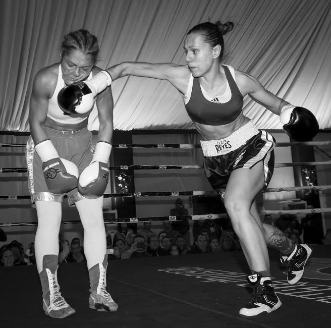 Fotografía de Juan Luis Recio para Nthephoto. Combate de Boxeo Femenino Profesional