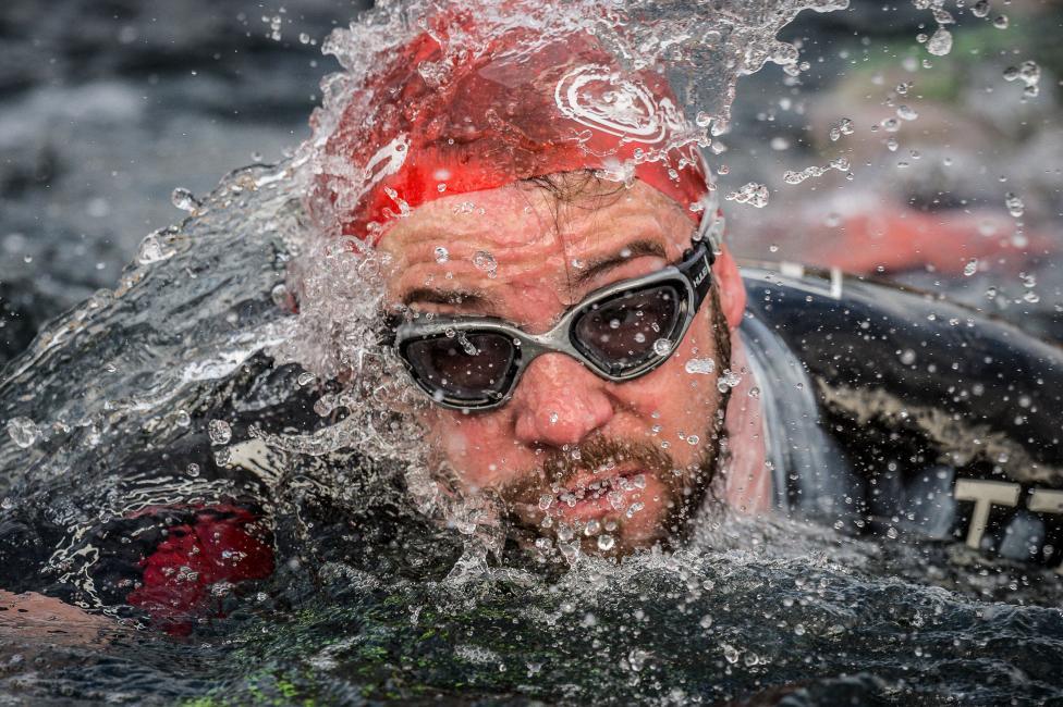 Fotografía de JOSEP M MONTANER para Nthephoto. Modalidad sueca de combinar la natación en aguas abiertas con carreras en montaña