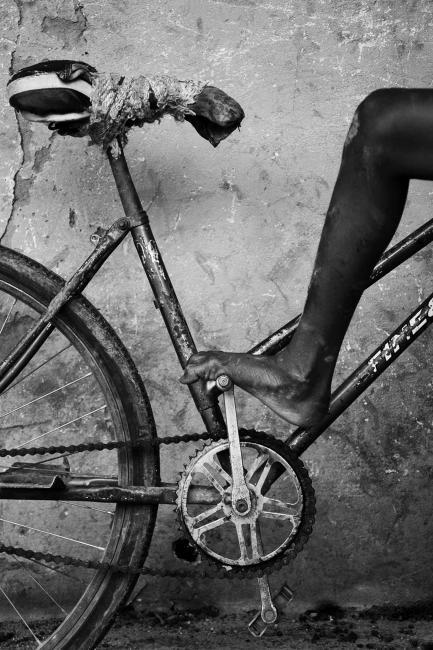Fotografía de Gabriel Tizón para Nthephoto. Bicicleta de un niño en una escuela de una pequeña aldea de Guinea Bissau