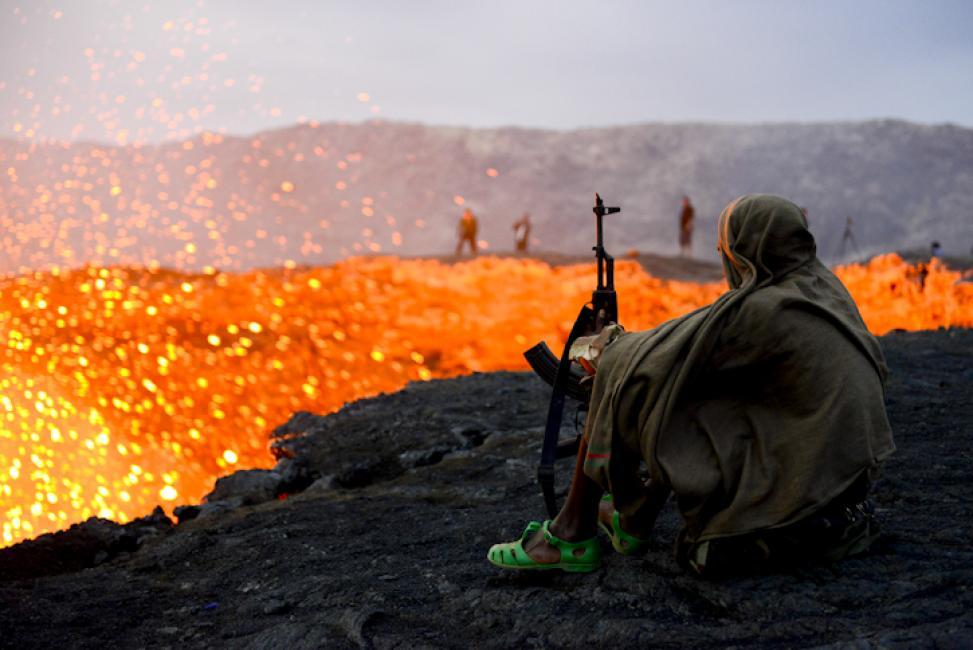 Fotografía de Enrique López-Tapia de Inés para Nthephoto. Un soldado de nuestra escolta armada se tapa con una manta al amanecer junto al volcán en erupción de Erta Ale. Desieero de Danakil, Etiopía.