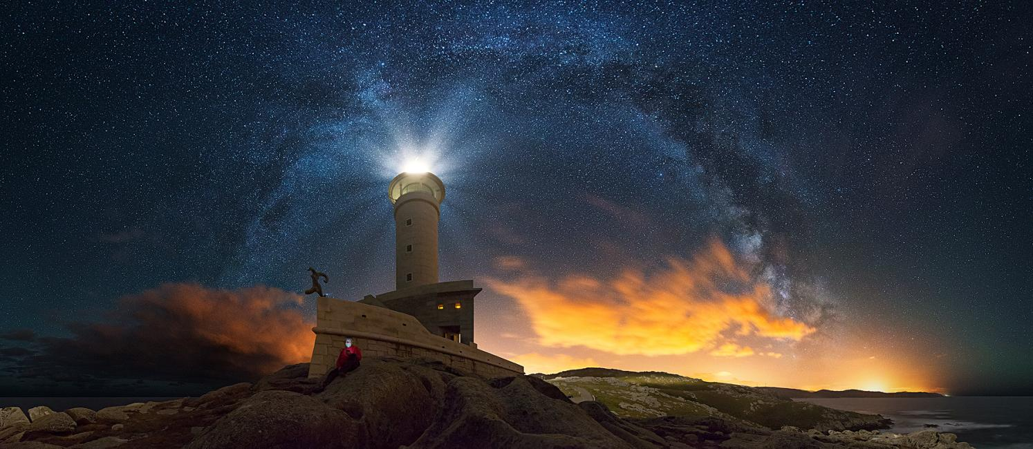 Fotografía de Daniel Llamas para Nthephoto. Tech. vs. Milky Way - 2ª en categoría Night Photography en el Finest Art Photograpy Awards 2016