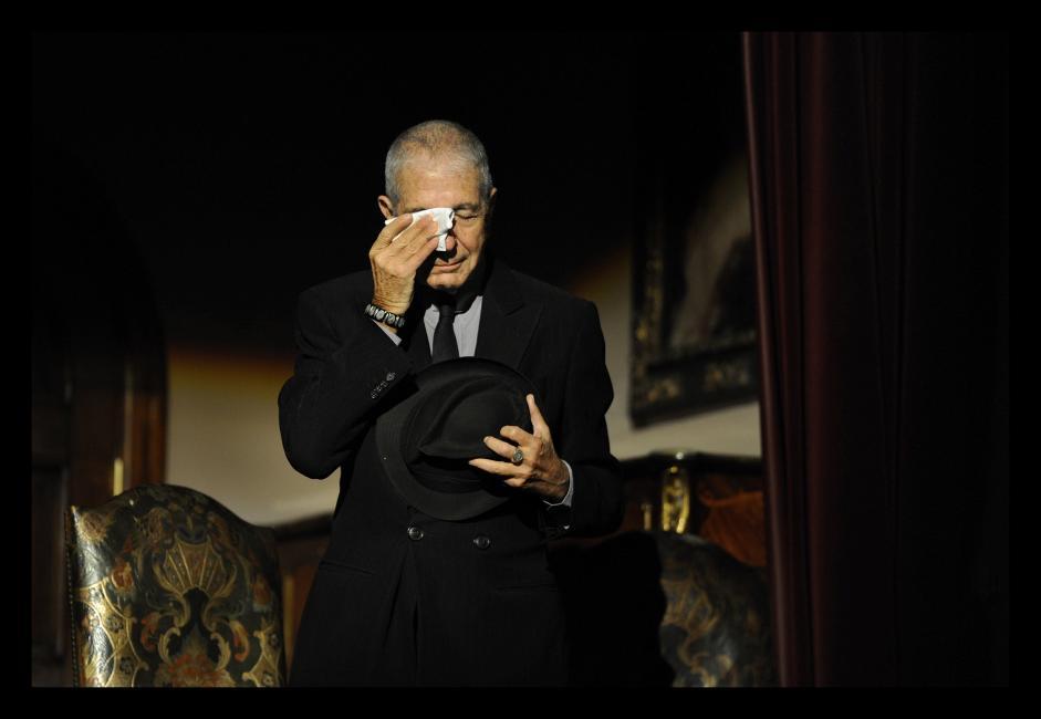Fotografía de Eloy Alonso para Nthephoto. ELOY ALONSO, GIJON 19-10-2011. CONCIERTO DE HOMENAJE A LEONARD COHEN PREMIO PRINCIPE DE ASTURIAS DE LAS LETRAS 2011 LLORA EN EL TEATRO JOVELLANOS DE GIJON.