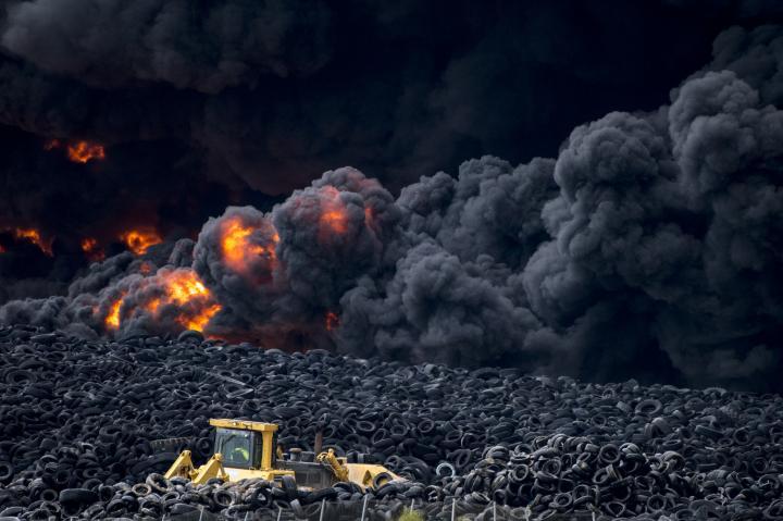 Fotografía de Ismael Herrero Sánchez para Nthephoto. Incendio de Neumáticos en Seseña, en el vertedero ilegal de este tipo más grande de Europa.