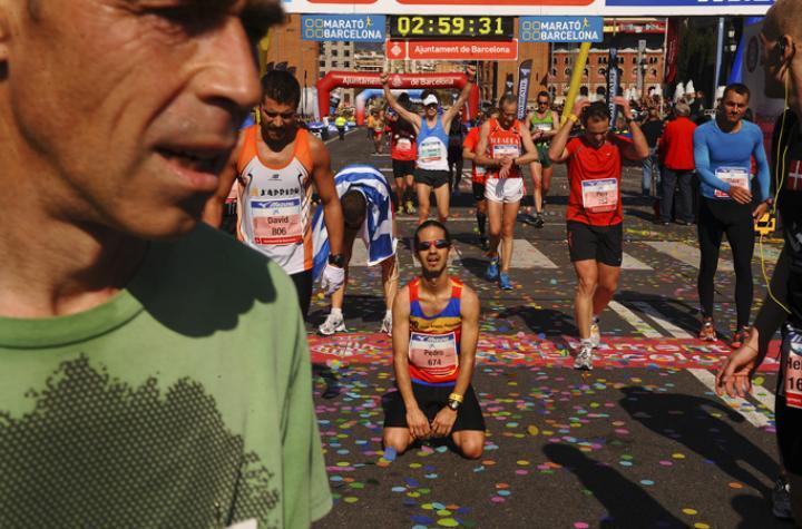 Fotografía de Jordi Cotrina para Nthephoto. Llegada de los participantes a la meta en la avenida María Cristina por debajo de las tres horas en la maratón de Barcelona.