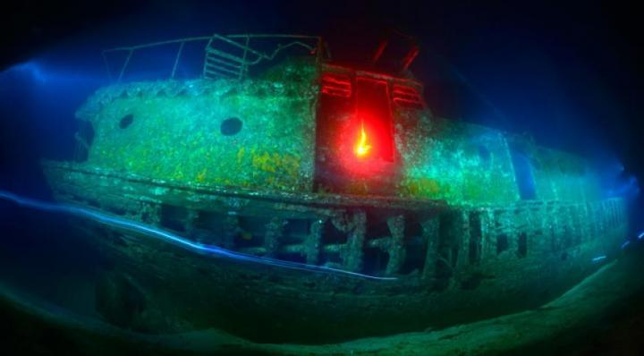 Fotografía de Carlos Virgili para Nthephoto. Barco hundido en Tenerife. Pintando con luz bajo el mar.