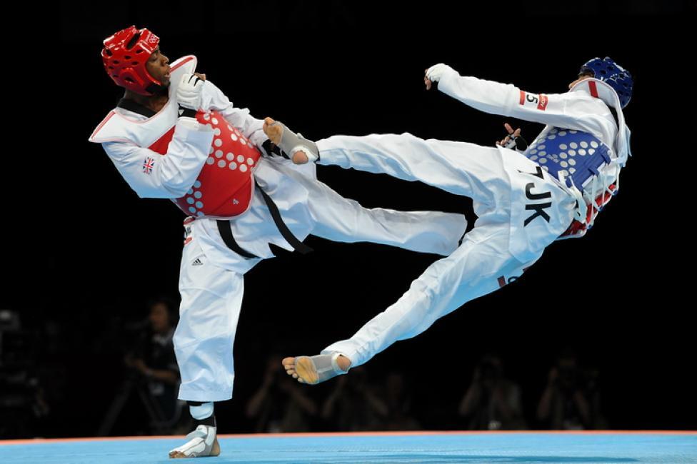Fotografía de Paco  Lozano para Nthephoto. Patada voladora Con esta acrobática técnica ganó el Inglés Lutalo a Negmatov  de Tayikistán  para gran alegría de todo el público local, logrando la medalla de bronce en la modalidad de Taekwondo en los Juegos Olímpicos de Londres.