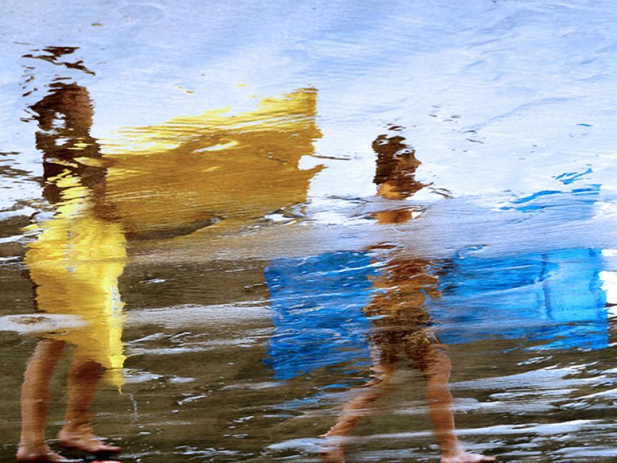 Fotografía de Begoña  Rivas para Nthephoto. Una de las fotos de mi última exposición. Me recuerda a una pintura y está hecha en una playa con la arena muy oscura para conseguir un mejor reflejo.