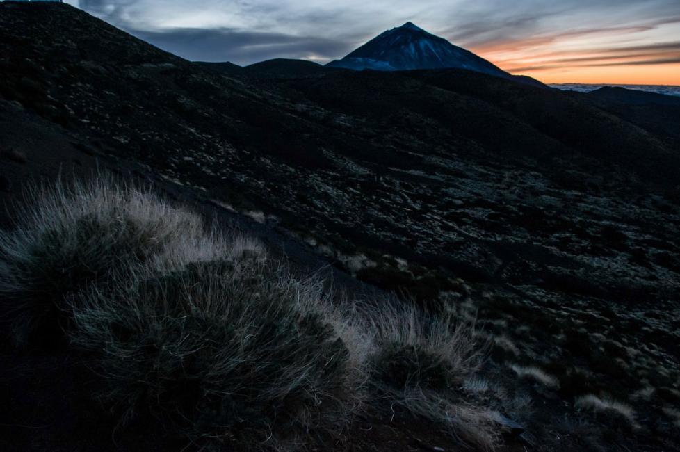 Fotografía de Hugo Rodriguez para Nthephoto. Pico de el Teide, Tenerife. Son los últimos rayos de sol antes de hacerse de noche.