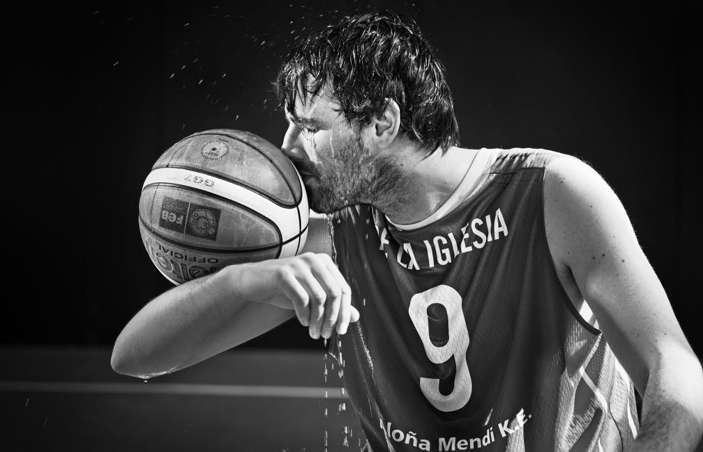 Fotografía de ENRIQUE  MORENO ESQUIBEL para Nthephoto. Asier Iglesia jugador de baloncesto profesional con esclerosis multiple