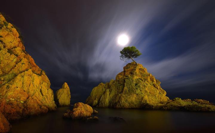 Fotografía de MIQUEL ANGEL  ARTÚS ILLANA para Nthephoto. Fotografía nocturna de larga duración con iluminación natural de la luna llena, la luz de un faro cercano y de la contaminación lumínica de un paseo marítimo próximo