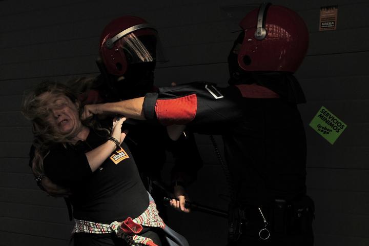 Fotografía de Alvaro  Barrientos para Nthephoto. Una manifestante es golpeada por un policia durante una huelga general en el Pais Vasco.