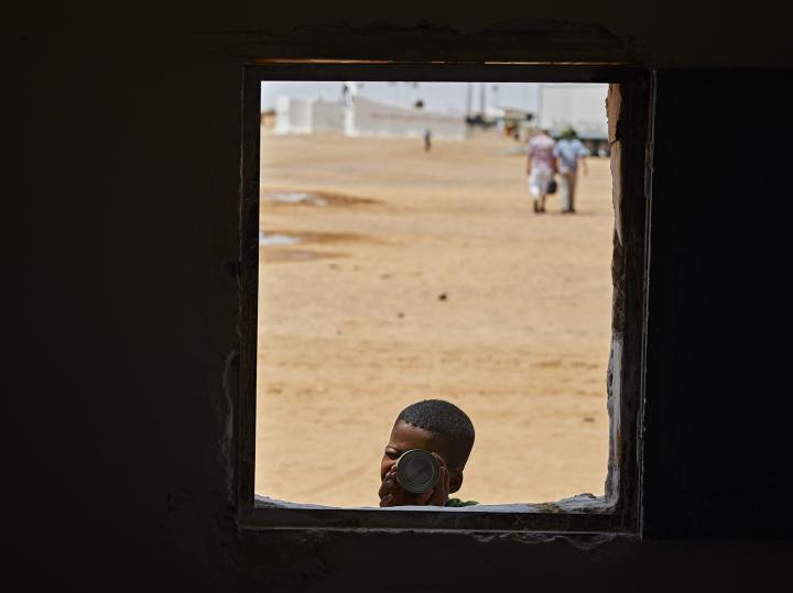 Fotografía de Sergio Rodriguez para Nthephoto. Niño juega a ser fotografo en el campamento de refugiados Saharauis de Dajla, en Argelia.